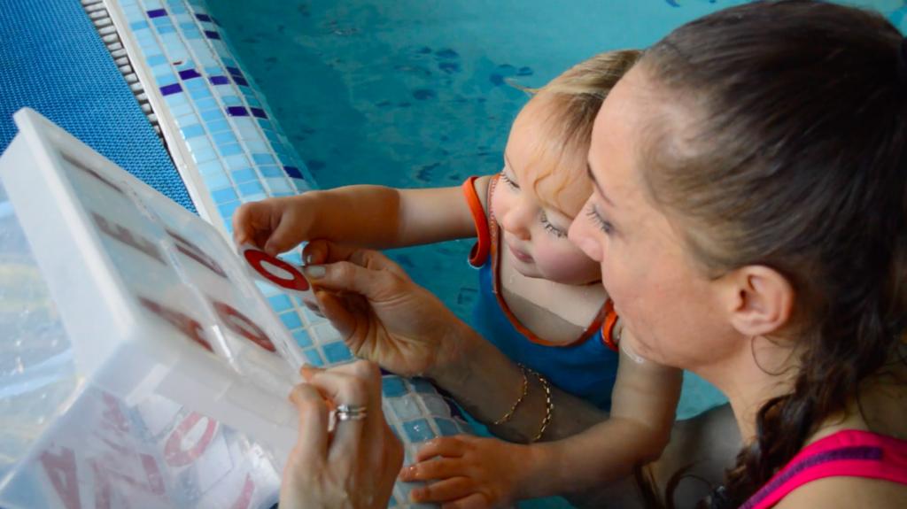 giocare con il genitore in piscina