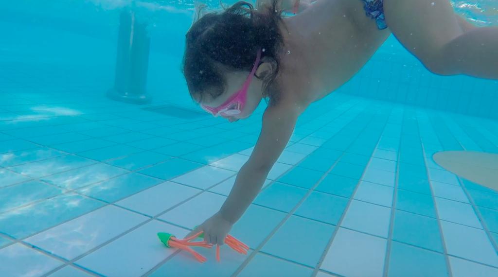 raccolta oggetti sul fondo in piscina
